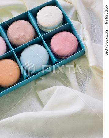 다양한 색상의 화려한 마카롱, 선물박스 65653305