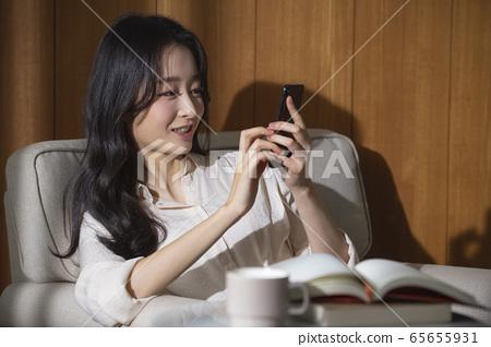 여자,자택근무,독서 65655931