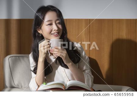 여자,자택근무,독서 65655958
