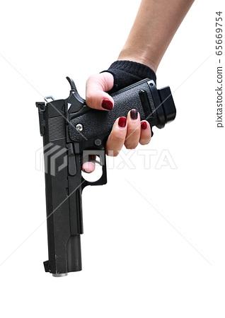 女性的手握著手槍白色背景 65669754