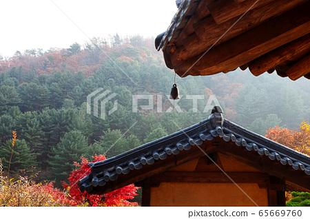 秋天的韓式建築屋頂掛著吊鐘 65669760