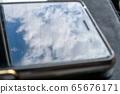智能手机屏幕上反射的天空 65676171