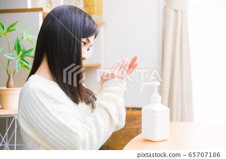 알코올 제균하는 여성 손 소독 스프레이 복사 공간 65707186