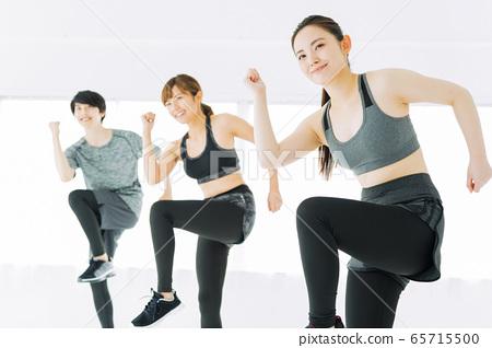 健身健美操舞蹈健身房女人練習 65715500