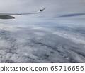 飛機從雲層之上 65716656