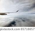一架飛機從雲層2上方 65716657