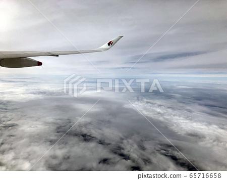 飛機從雲層3上方 65716658