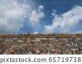 天空和石头墙 65719738