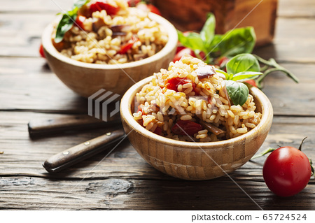 Vegetaian rice with onion, tomato and eggplant 65724524