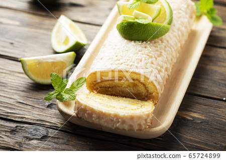 Cake roll with lime and white chocolate 65724899