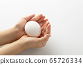 Gently wrap the egg with both hands-growth-life 65726334