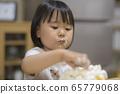 一個吃蛋糕的女孩 65779068