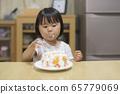 一個吃蛋糕的女孩 65779069