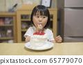 一個吃蛋糕的女孩 65779070