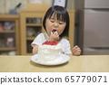 一個吃蛋糕的女孩 65779071