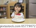 一個吃蛋糕的女孩 65779072