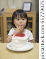 一個吃蛋糕的女孩 65779075