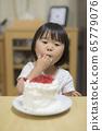 一個吃蛋糕的女孩 65779076