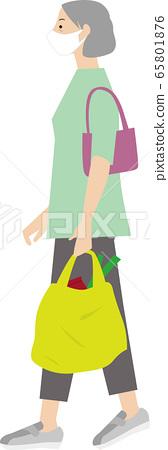 老年人帶著面具去購物 65801876