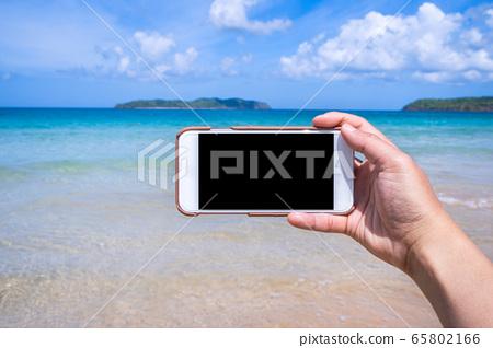 沙灘 手機 手 持有 拍照 hand holding phone at beach ビーチ スマホ 65802166