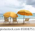 威基基海灘上排著傘和沙灘椅 65808751