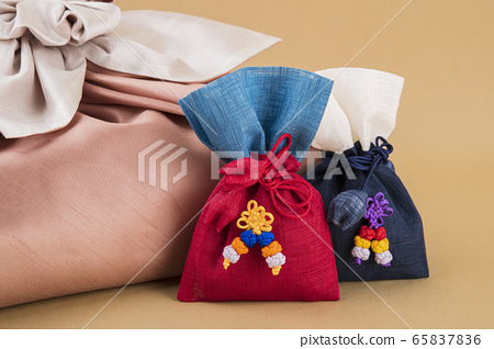 the Korean traditional wrapping cloth, refreshments and greeting card 091 65837836