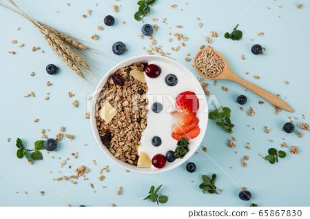 Delicious and healthy breakfast concept - cereal, Porridge and Energy bar 041 65867830