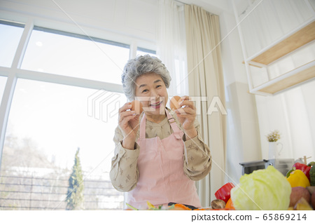 Happy senior life concept. Healthy activities in daily life of senior couple 220 65869214
