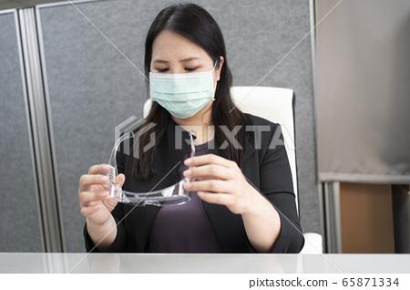 在辦公室戴上口罩上班 65871334