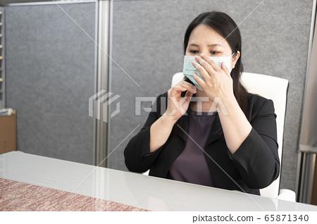 在辦公室戴上口罩上班 65871340