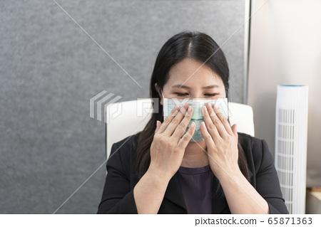 在辦公室戴上口罩上班 65871363