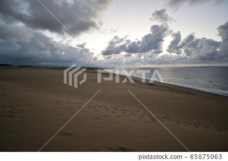 Dusk of sand dunes 65875063