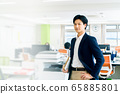 办公室业务智能手机男商人 65885801