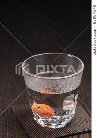 Shochu hot water split umeboshi 65894540