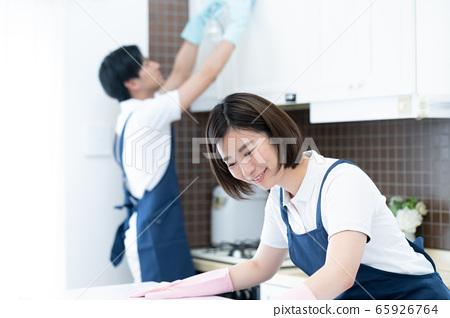 管家的男人和女人打掃廚房 65926764
