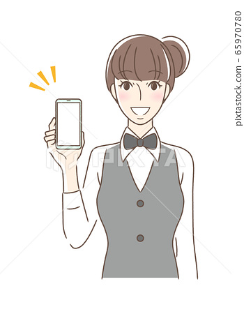 面對前方微笑著,顯示智能手機屏幕的女人 65970780