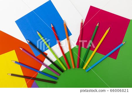 多個紙屑和鉛筆 66006821