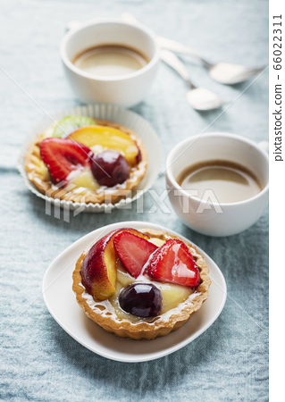 Mini tarts with cream and mix of summer fruit 66022311