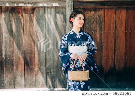 浴衣婦女和京都的街道 66023063