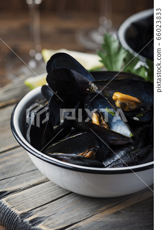 Cooked mussels with parsley 66023833