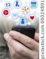 在智能手機上享受SNS的男人的形象 66024891