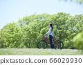 享受騎自行車度假的年輕女子 66029930