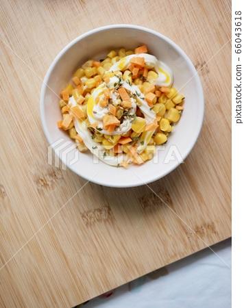 玉米和胡蘿蔔蛋黃醬沙拉 66043618