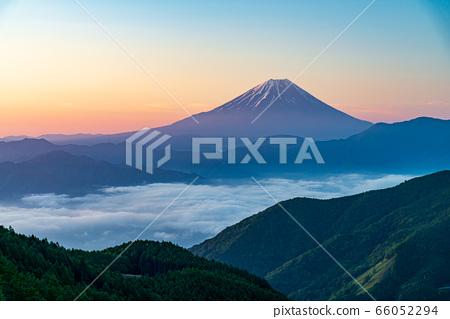(야마나시 현) 신록 · 운해 · 연못 찻집 산길에서 바라 보는 후지산 66052294