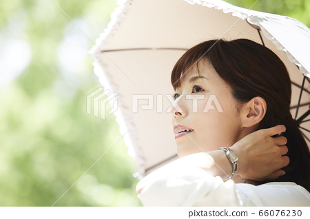 拿著遮陽傘的一個少婦 66076230