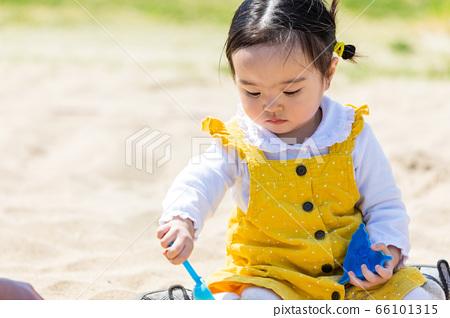 孩子們和家人在公園裡玩沙子 66101315