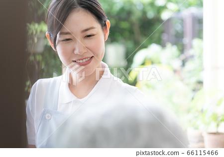 여성 개호 직원 데이 서비스 픽업 66115466