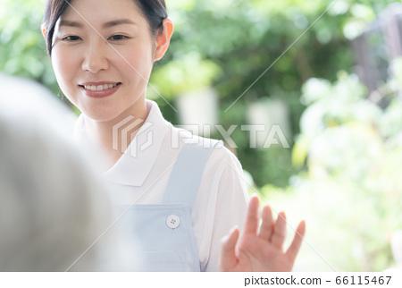 여성 개호 직원 데이 서비스 픽업 66115467