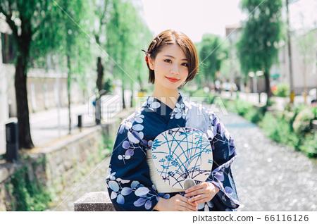 一個女人穿著浴衣在京都觀光[白川] 66116126
