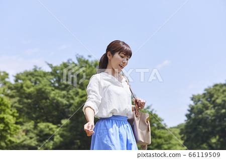 상쾌한 젊은 여성 66119509